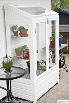 Garten ideen Small greenhouse How to Build a Simple Potting Bench The potting bench that you are abo Back Gardens, Outdoor Gardens, Modern Gardens, Small Gardens, Build A Greenhouse, Greenhouse Ideas, Homemade Greenhouse, Greenhouse Wedding, Diy Small Greenhouse