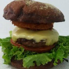 A Burger Onion Salad - Pão Australiano, Alface, Tomate, A Burger 100g, Mussarela de Búfala, Onion Ring e Barbecue... #artesanalburger #delicia #aburgertop