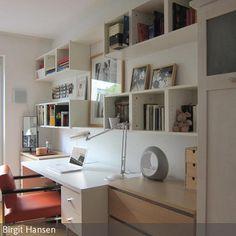 Mit geringstem Budget sollte in dem kleinen Zimmer ein wohnlicher Raum für eine junge Frau geschaffen werden. Einige vorhandene Möbel wie der Schreibtisch und …