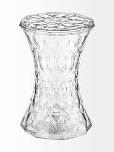 Tiimalasin muotoinen jakkara heijastaa kauniisti valoa. Jakkara toimii hyvin myös yöpöytänä tai pienenä tasona. Korkeus 45 cm, halkaisija 30 cm. Materiaali on p...
