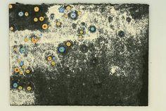 <강용대 - 허전한 마음>  크거나 작게 혹은 가깝거나 멀게 다양한 방식으로 검은 우주 속에 유영하는 둥근 모양의 별들은 화가 강용대 그림의 기본을 이룬다. 말하자면 그가 하늘을 보고 생각하고 공부한 만큼이나 서로 다른 화면을 통해 작가의식으로부터 생명을 얻어 나온 큰 우주, 작은 우주 속의 별 그림이 그의 우주그림의 전체를 이루고 있는 것이다. 이 작품의 제목을 '허전한 마음'이라고 한 이유를 생각해보았다. 그림은 크게 흰 배경과 검은 배경으로 나타나 있는데, 흰 배경에는 별들이 많이 분포하고있고, 검은 부분에는 거의 있지 않다. 흰부분은 빛이 있는 곳이므로 외부, 즉 타인과의 관계나 작가의 외부적인 모습을 표현하고 검은 부분은 작가의 내부모습을 표현하는것 같다. 화가의 외부에는 별들이 많지만 내부에는 텅 비어있으므로 작품의 이름을 그렇게 지엇지 않았나 싶다.