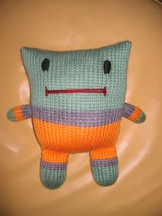Easy Knitting Patterns: Easy Knitting Patterns: MY SUPER EASY CAT!!!! but  looks like a pillow person