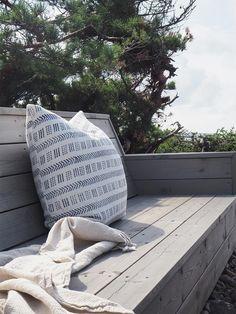 Drømmehytta på Hvaler har en perfekt terrasse. Fargen 90029 Naturlig Sølvgrå passer perfekt til omgivelsene! Windsurfing, Throw Pillows, Beige, Patio, Nature, Toss Pillows, Cushions, Decorative Pillows, Decor Pillows