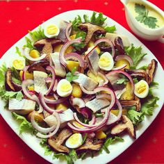 #salad #food #салат #сельдь #яйца белые #грибы красный #лук #картофель #соус