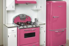 retro-pink-kitchen my kind of house Retro Pink Kitchens, Hot Pink Kitchen, Nice Kitchen, Awesome Kitchen, Green Kitchen, Kitchen Oven, Beautiful Kitchen, Kitchen Colors, Kitchen Stuff