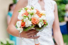 Rose bianche e colorate per questo bouquet pieno d'estate