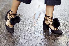 LFW Street style: these pom pom heels❤