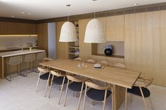 cozinha-com-armarios-de-madeira-casa-em-dubrovnik-na-croacia