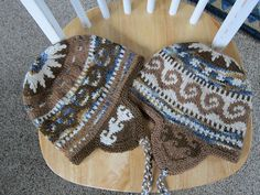 Ravelry: lartdutricot's Brown & denim chullos-free pattern
