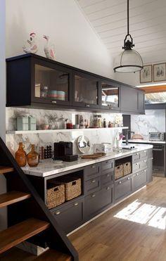 Essa cozinha de uma casa de campo, decorada por Marina Linhares, é elegante, com marcenaria e bancada impecáveis, como também despretensiosa, com os simpáticos nichos para os cestos de vime.