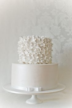 White Wedding Cakes Simple and elegant! I love the detail of the bow around the bottom - White on white wedding looks are a clean, elegant and modern trend that's here to stay from the dessert table to the bridesmaids dresses. White Cakes, White Wedding Cakes, Elegant Wedding Cakes, Cake Wedding, White Weddings, Simple Weddings, Gorgeous Cakes, Pretty Cakes, Amazing Cakes