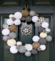 Símbolo de prosperidade e sorte, a guirlanda é o primeiro convite para a entrada do espírito natalino em uma casa. Pendurá-la na porta é uma tradição antiga.