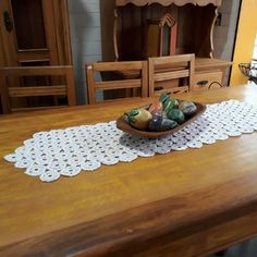 Caminho de mesa croche Cristina, Rugs, Home Decor, Crochet Crop Top, Homemade Rugs, Crochet Table Runner, Crochet Carpet, Homemade Home Decor, Types Of Rugs