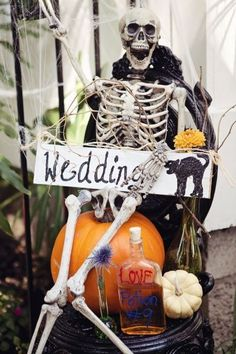 Spooky Halloween Wedding Theme Ideas for 2019 - FarmFoodFamily Spooky Halloween, Holidays Halloween, Halloween Themes, Halloween Decorations, Halloween Party, Halloween Weddings, Halloween Bride, Vintage Halloween, Halloween Crafts