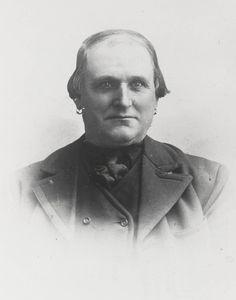 De heer De Regt jr. uit Wissenkerke in Noord-Bevelandse streekdracht. Hij draagt oorringen. ca 1900 #NoordBeveland #Zeeland