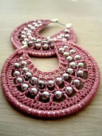 Crocheted hoops with beads in romatic pink Diy Crochet Jewelry, Crochet Jewelry Patterns, Crochet Earrings Pattern, Crochet Diy, Wire Crochet, Macrame Patterns, Crochet Accessories, Jewelry Crafts, Beaded Earrings