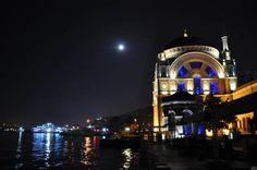İstanbul Boğazı üzerinde muhteşem ay manzarası