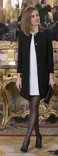 Doña Letizia ya tiene su 'wishlist' navideño: ¿Sabes cuál es su nuevo 'must'?  Reina Letizia de España  Acto: Audiencia con la junta directiva de la Academia de las Artes y las Ciencias Cinematográficas, Madrid (España).  Fecha: 15 de diciembre de 2014.  'Look': Doña Letizia sorprendió con un estilismo muy 'baby doll' compuesto por un vestido blanco por encima de la rodilla que cubrió con un abrigo negro de cuello redondo, todo de Felipe Varela. A sus pies, su 'must' del invierno, los…