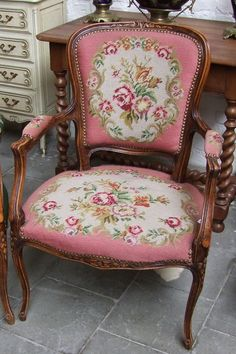 QUALITY VINTAGE FRENCH PINK NEEDLEPOINT ARMCHAIR - (010012P)