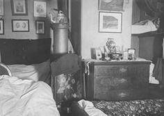 """DigitaltMuseum - Interiør, stue, ant. Oslo. Senger oppredd for natten mellom tett møblering ellers (se """"Andre opplysninger""""). Fra boliginspektør Nanna Brochs boligundersøkelser i Oslo 1920-årene."""