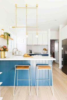 Small kitchen with blue and brass details. Kitchen Cabinetry, Kitchen Tiles, Kitchen Dining, Beach House Kitchens, Home Kitchens, Decor Interior Design, Interior Decorating, Cosy Bed, Dream Home Design