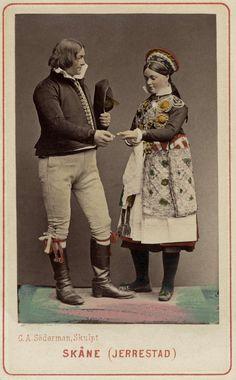 Dräktdockor med huvuden skulpterade av C A Söderman, visade på världsutställningen i Wien 1873. Man och kvinna i folkdräkter från Järrestad, Skåne. Handkolorerad.