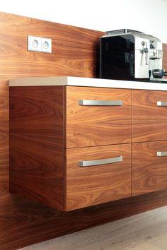 Perfektně sesazená dýha přechází z jednoho čílka do druhého. Toto není samozřejmé i přesto, že to působí přirozeně. Takto provedený nábytek nekoupíte v obchodech. Je to symbol precizní práce a promyšleného detailu. Dýhovaná kuchyň je velmi elegantní a originální. Krása dřevěné kresby se objevuje na nábytkových dvířkách, obkladových panelech, dýhovaných policích i dveřích.