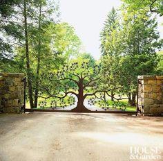 Portão de ferro forjado em forma de árvore.