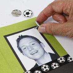 Borddekking og bordpynt i hvitt og grønt med et sporty streif | DIY veiledning Playing Cards, Polaroid Film, Playing Card Games, Game Cards, Playing Card