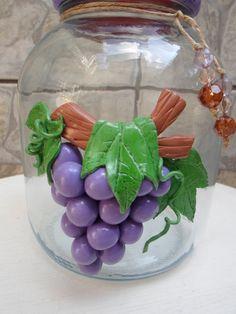 """Pote de vidro com uva de biscuit. <br>O modelo do vidro é """"francesinha"""" (médio) a largura da boca do vidro é 7,5 cm. A tampa é de plástico modelo de rosca."""