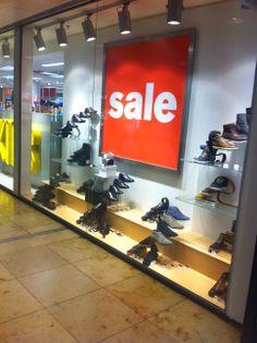 Dit is de etalage van schoenenwinkel van Haren. De etalage is erg simpel, het ziet er een beetje saai uit. De schoenen staan gepresenteerd op verschillende hoogtes dit valt dan echter wel weer op. Ook het grote rode bord met SALE trekt toch je aandacht wanneer je langsloopt. De prijzen van de schoenen staan vermeld naast de schoenen. Veel etalages doen dit niet, het is voor sommige mensen handig om te weten wat voor prijzen ze kunnen verwachten in de winkel.