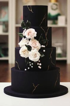 35 Breathtaking black wedding cakes - elegant wedding cake #moodyweddingcake #blackweddingcake #wedding #weddingcake