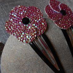 Une barrette fleur en simili cuir de couleur rose et vert irisé.