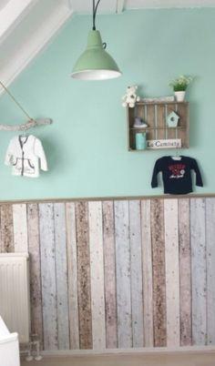 Steigerhout behang, plakplintje en zeegroene muur behang www.wemekampschildersbedrijf.nl