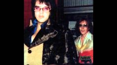 September 1975 Elvis at the Memphis Crosstown Theater Beautiful Voice, Beautiful Men, Beautiful People, Rock And Roll, Elvis In Concert, Elvis Presley Photos, Blue Suede Shoes, Graceland, My Idol