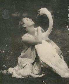 Anna Pavlova with her pet swan, Jack - ID: 1697428 - NYPL Digital Gallery