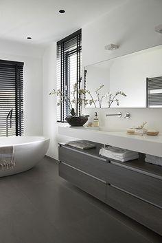 Luxe badkamer in grijstinten. Landelijk moderne villa in Aerdenhout ontworpen door NOMAA|architectuur&interieur. www.nomaa.nl
