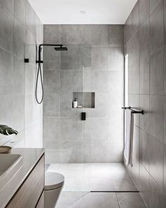 Minimalist bathroom 801148221204059052 - One thing every bathroom should be is clean. That's why minimalist bathrooms are so appealing. Here are eight gorgeous ways to turn your washroom into a minimalist oasis. Source by hunkerhome Minimalist Small Bathrooms, Minimalist Bathroom Design, Simple Bathroom Designs, Bathroom Layout, Modern Bathroom Design, Minimalist Bathroom Inspiration, Minimalist Design, Toilet And Bathroom Design, Contemporary Bathrooms