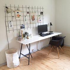 Vores ekstra værelse, trænge til at blive lavet lidt om. Så vi har købt ny bordplade til Dennis' computer, og så er der kommet opslagstavle op #kontor#opslagstavle#eames#eamesdaw#skrivebord#rionet#haydesign#housedoctor#boligmagasinet#bolig#boligindretning#design#home#interiør#indretning#decorating#nordiskindretning#danskdesign