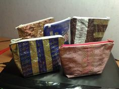 Karkkipaperi-pussukat. Candy paper crafts. Pouch, Paper Crafts, Workshop Ideas, Purses, Wallets, Diy, Craft Ideas, Candy, Decor