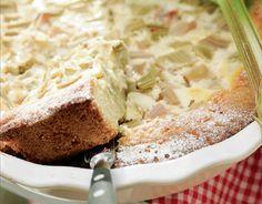 Isoäidin raparperipiirakka Vaahdota rasva ja sokeri. Lisää muna ja vesi sekä keskenään sekoitetut jauhot, vaniljasokeri ja leivinjauhe. Levitä taikina piirakkavuoan pohjalle ja reunoille. Kaada päälle raparperipalat ja sokeri. Kypsennä 200-asteisen uunin alaosassa kymmenisen minuuttia. Sekoita munat, sokeri, vaniljasokeri ja kerma. Kaada seos vuokaan ja kypsennä vielä noin 10 minuuttia, kunnes pinta on hyytynyt ja piirakka …