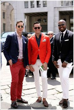 Perfect the smart casual look in a red blazer jacket and white chinos. This outfit is complemented perfectly with brown leather loafers. White Pants Men, White Chinos, Red Chinos, Mens Burgundy Blazer, Burgundy Shoes, Burgundy Dress, Fashion Week Hommes, Street Looks, Komplette Outfits