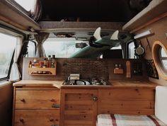 Voyage en Europe :Au printemps 2010, Calum Creasy et Lauren Smith ont acheté un van Volkswagen T4 rustique, lui ont donné un peu d'amour,