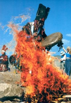Tuvan kam (Shaman) while ritual cewremony by the holy fire. Shaman Ritual, Shaman Woman, Sacred Plant, Vision Quest, Life After Death, Witch Doctor, Underworld, Exotic, Spirituality