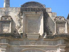 Otra vista del Escudo de España en el lateral de la Catedral de Cajamarca.