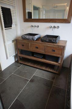 Verouderde leisteen vloer in badkamer. Dark Bathrooms, Bathroom Toilets, Double Vanity, Floors, Home, Style, Sink Tops, Wood, Home Tiles