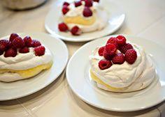 Imagen: bakedbree.com   Necesitamos   3 claras de huevo  250 gramos de azúcar  1/2 cucharadita de vinagre  1 cucharadita de harina de maíz...