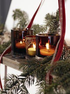 Levende lys er en selvfølge i mørketiden. Lekre telysholdere silkebånd og granbar gjør huset klart for en hjemmekoselig jul.