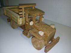 Caminhão em madeira feito à mão    Frete NÃO incluso.  Entre em contato para saber o valor do frete.