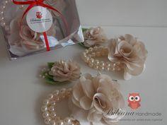 Para padrinhos e madrinhas lindos corsage e lapela. Flores de cetim que podem ser da mesma cor ou em tons da cor escolhida. <br> <br>{ Personalize: cor da flor, de acordo com disponibilidade de material + pérolas.}